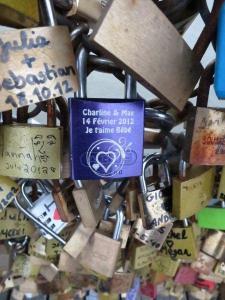 Paris ist die Stadt der Liebe. Mit einem alten Brauch, den Liebesschlössern besiegeln Liebespaare in Paris ihre Liebe.